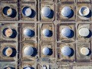 Serbatoi di stoccaggio di olio nella griglia — Foto stock