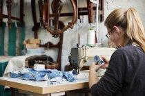 Женщина, работающая с швейной машиной — стоковое фото