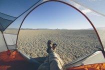 Mann im camping Zelt — Stockfoto