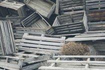 Mucchio di vecchie casse di frutta in legno — Foto stock