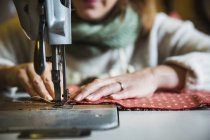 Mulher trabalhando na máquina de costura — Fotografia de Stock