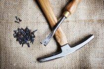Outils du maître artisan dans l'atelier de tapisserie d'ameublement — Photo de stock