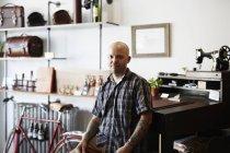 Ремесленник в кожаной мастерской — стоковое фото