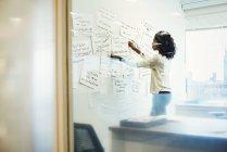 Donna in piedi in ufficio — Foto stock