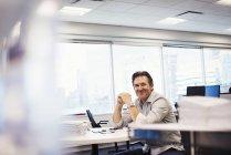 Человек, сидящий за столом — стоковое фото