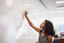Frau am Whiteboard schreiben — Stockfoto