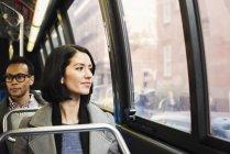Mujer sentada en el tren y mirar por ventana - foto de stock