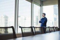 Mann steht und schaut aus dem Fenster — Stockfoto