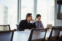 Dois homens olhando para portátil — Fotografia de Stock