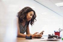 Frau sitzt im Klassenzimmer — Stockfoto