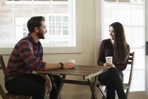 Uomo e donna nella caffetteria — Foto stock