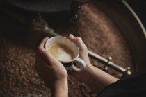 Copo de café fresco da exploração pessoa — Fotografia de Stock