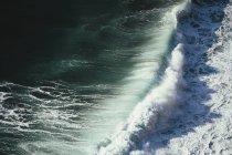 Вид сверху грохот волн — стоковое фото