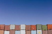 Разноцветные транспортные контейнеры — стоковое фото
