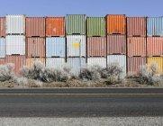 Пачки разноцветных грузовых контейнеров — стоковое фото