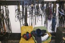 Tack de equitação em ganchos e equipamento de equitação — Fotografia de Stock