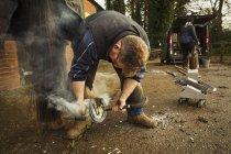 Ferradura de encaixe ferrador de casco de cavalo — Fotografia de Stock