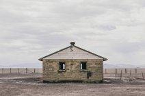 Maison abandonnée dans le paysage plat — Photo de stock