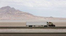 Грузовой автомобиль, за рулем по дороге — стоковое фото
