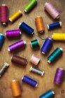 Coleção de sedas de bordado na mesa — Fotografia de Stock