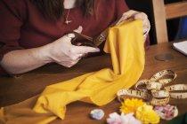Жінка ножиці, щоб вирізати матеріалу — стокове фото