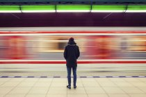 Man standing on subway station platform — Stock Photo