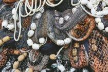 Mucchio di aggrovigliate su reti di pesca professionale — Foto stock