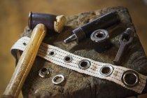 Werkzeuge und Ösen in Segelmacher Werkstatt — Stockfoto