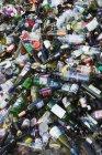 Переработанные бутылки в центре переработки — стоковое фото