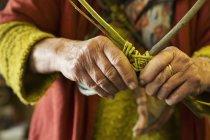 Жінка ткацький кошик — стокове фото