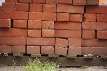 Pila de ladrillos rojos - foto de stock
