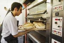 Bandeja de eliminación de panadero con pan - foto de stock