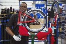 Рабочий монтаж велосипеда — стоковое фото