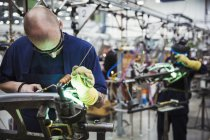 Qualifizierten männlichen Fabrikarbeiter — Stockfoto