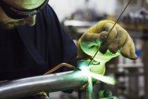 Trabalhador masculino qualificado da fábrica — Fotografia de Stock