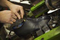 Homem amarrando laços de sapato de couro . — Fotografia de Stock