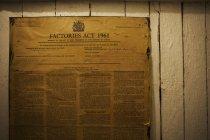 Желтый плакат Закона о заводах — стоковое фото