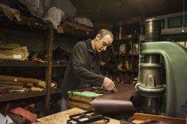 Людина стоїть на шевця майстерня — стокове фото
