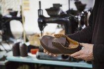 Homem de pé na oficina de um sapateiro — Fotografia de Stock