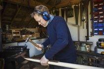 Человек, стоящий в мастерской — стоковое фото