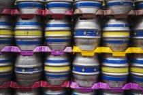 Montones de barriles de cerveza de metal - foto de stock