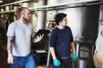Männer arbeiten in Brauerei — Stockfoto