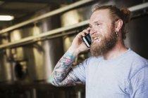 Человек разговаривает по мобильному телефону. — стоковое фото