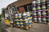 Металеві пива cags на навантажувач — стокове фото