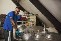 Uomo che lavora nella fabbrica di birra — Foto stock
