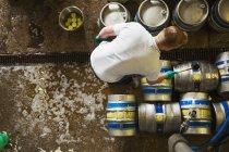 Mann arbeitet in Brauerei — Stockfoto