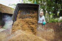 Человек выливает зерно — стоковое фото