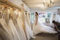 Жінка приміряє весільну сукню — стокове фото