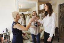 Frauen im Hochzeit Kleid shop — Stockfoto