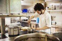 Chef de cocina restaurante - foto de stock